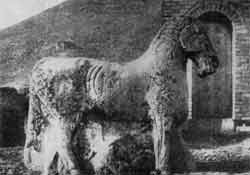 Памятник полководцу Хо Цюй-бину (конь, попирающий поверженного гунна). 119 г. до н. э. Долина Вэйхэ (провинции Шэньси).